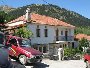Η Φώτειος Βιβλιοθήκη και το Λαογραφικό Μουσείο στεγάζονται στο ισόγειο της οικίας Καραπιπέρη στην Αγία Τριάδα Ευρυτανίας.